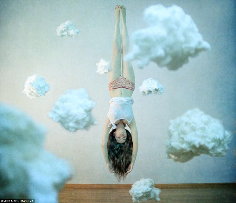testa-tra-le-nuvole-il-30-anno-vecchio-artista-e-fotografo-russo-visualizza-un-modello-a-testa-in-gic3b9-in-mezzo-alle-nuvole